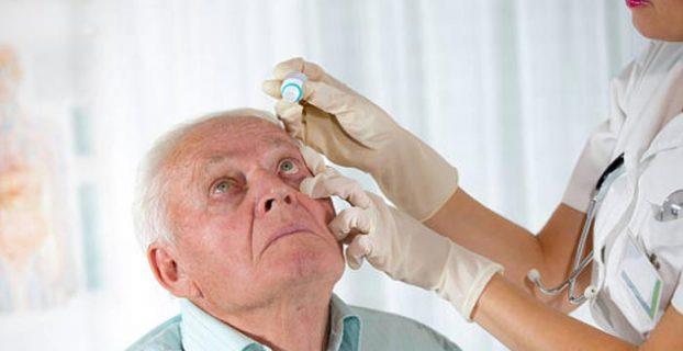 aplicando colírio nos olhos